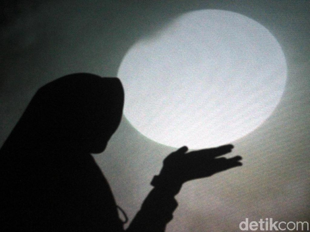 Antusias Warga Saksikan Super Blue Blood Moon di Kota Tua