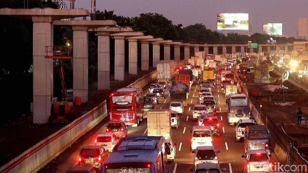 Deretan Proyek yang Bikin Macet Tol Jakarta-Cikampek