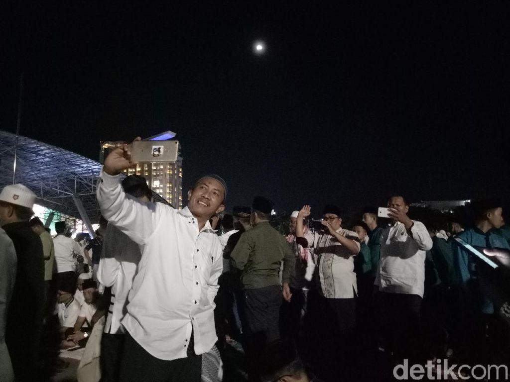 Keseruan Warga Makassar Selfie Berlatar Super Blue Blood Moon