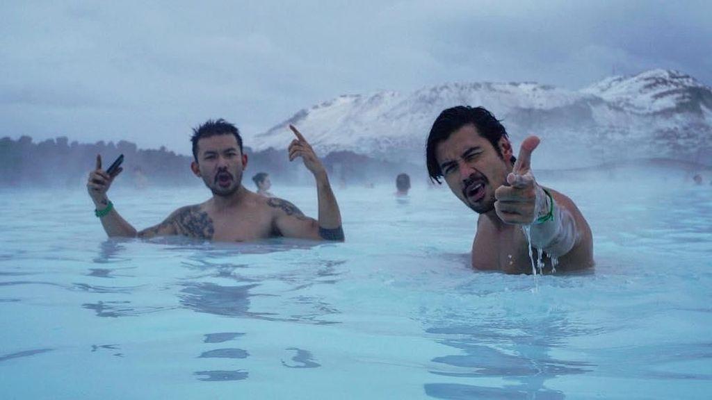 Saat Rio Dewanto & Chicco Jerikho Berendam Bareng di Islandia