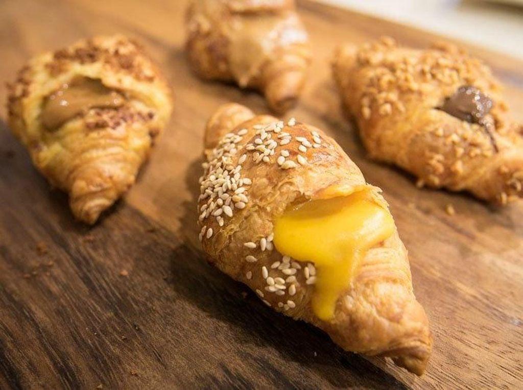 Gurih Lumer Croissant Isi Saus Telur Asin yang Pernah Hits