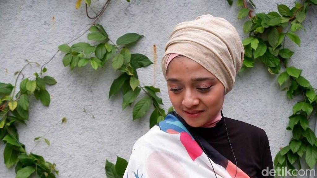 Unik, Chiki Fawzi Sulap Scarf Motif Jadi Outerwear