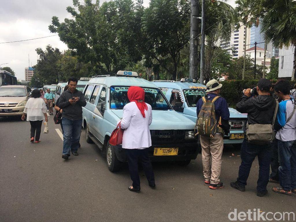 Datang ke Balai Kota, Puluhan Sopir Angkot Tuntut Jl Jatibaru Dibuka