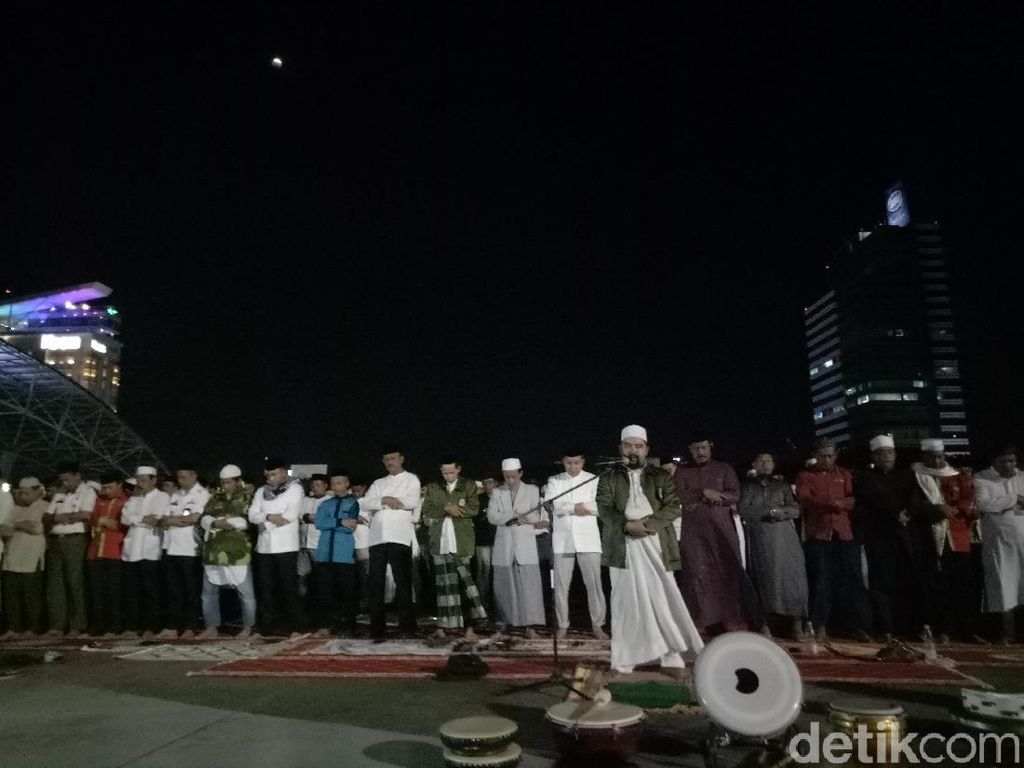 Syahdunya Warga Makassar Salat di Bawah Gerhana Bulan