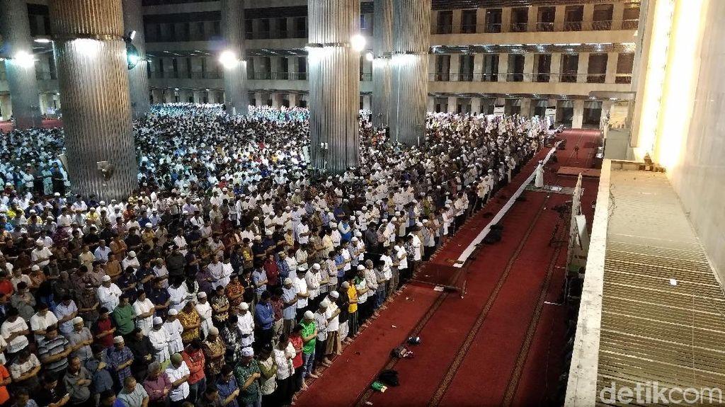 Salat dan Gema Selawat Warga Ramaikan Masjid Saat Gerhana Bulan
