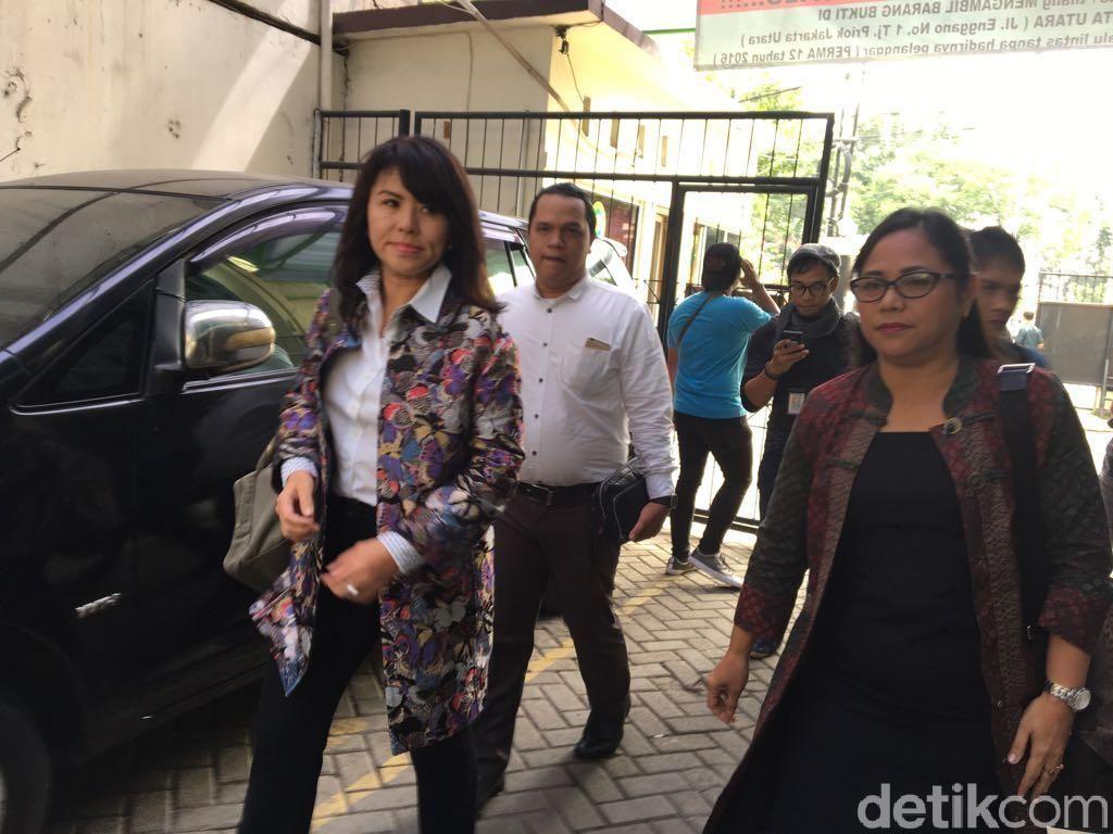 Foto: Adik Wakili Ahok di Sidang Perdana Cerai