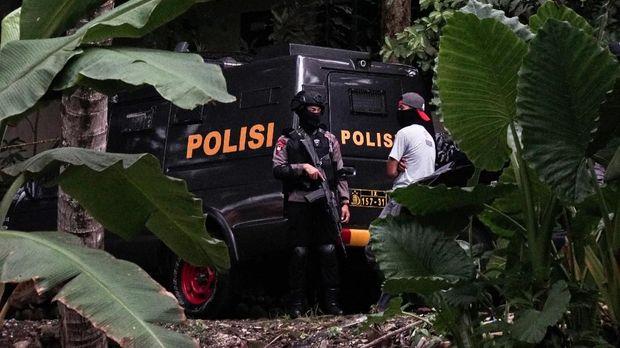 Polisi bersenjata melakukan penjagaan di jalan masuk rumah Sidik (33), terduga teroris yang ditangkap oleh Densus 88 Antiteror, di Desa Pasir Wetan, Karanglewas, Banyumas, Jateng, Kamis (1/2). Densus 88 Antiteror menangkap Sidik dan Slamet di Purwokerto, Banyumas, yang diduga memfasilitasi dan mendanai kelompok teroris Ageng Nugroho berangkat ke Filipina Selatan. ANTARA FOTO/Idhad Zakaria/aww/18.