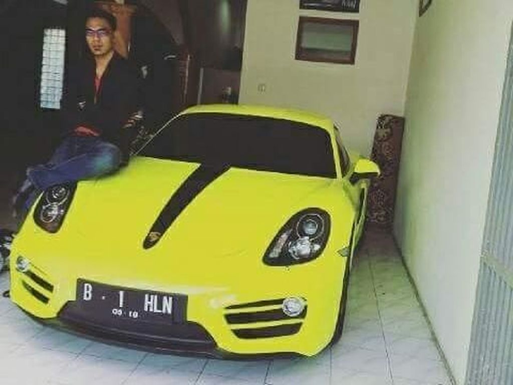 Pose Bos Travel Umrah PT SBL Aom Juang bareng Ferrari dan Porsche