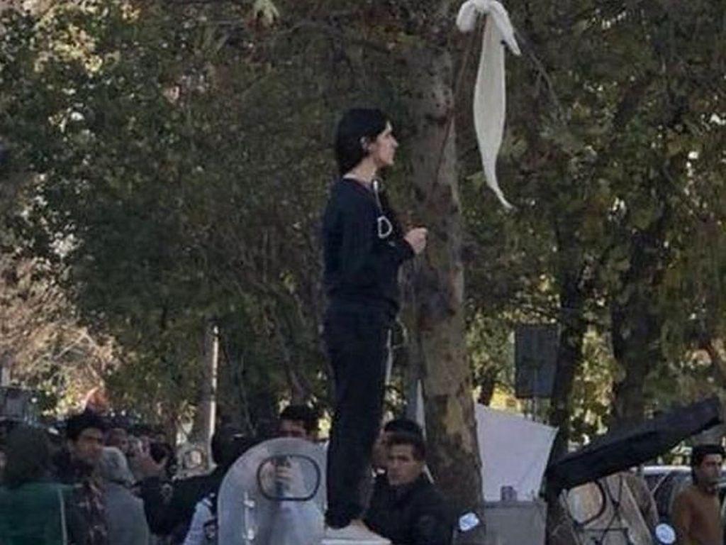Lagi, Perempuan Iran Ditangkap karena Lepas kerudung di Depan Umum