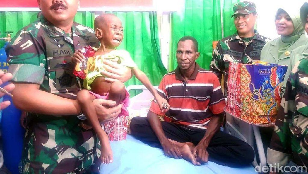 Panglima TNI Kunjungi Korban Gizi Buruk dan Campak
