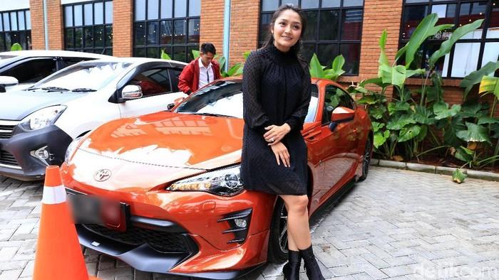 Ada pula pedangdut Siti Badriah yang tertangkap berpose di depan sedan mewah miliknya di suatu acara. Foto: Palevi S/detikHOT