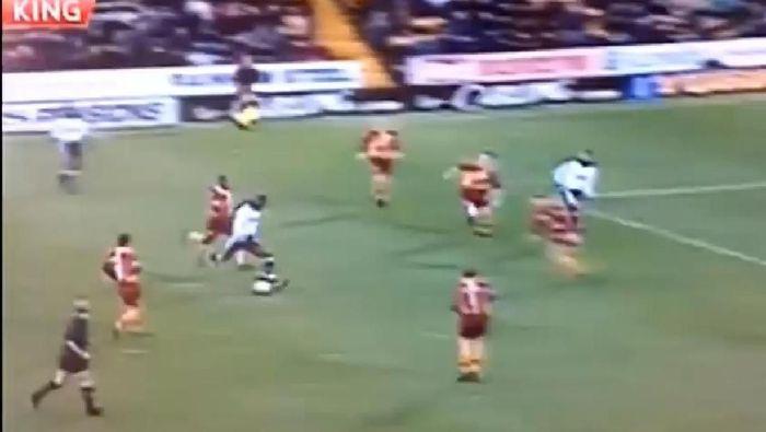 Bek Tottenham Hotspur Ledley King membobol gawang Bradford hanya dalam 10 detik dalam hasil imbang 3-3 di tahun 2000. Ini adalah gol tercepat dalam sejarah Premier League. Foto: screen shot YouTube