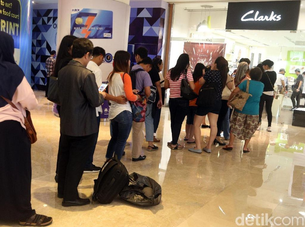 Toko Sepatu Clarks di GI Diserbu Pembeli Jelang Tutup