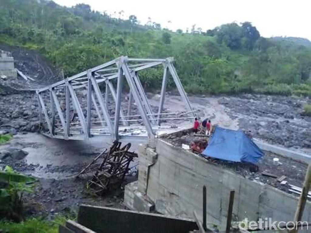 Belum Rampung Dibangun, Jembatan di Brebes Ini Roboh Tersapu Banjir