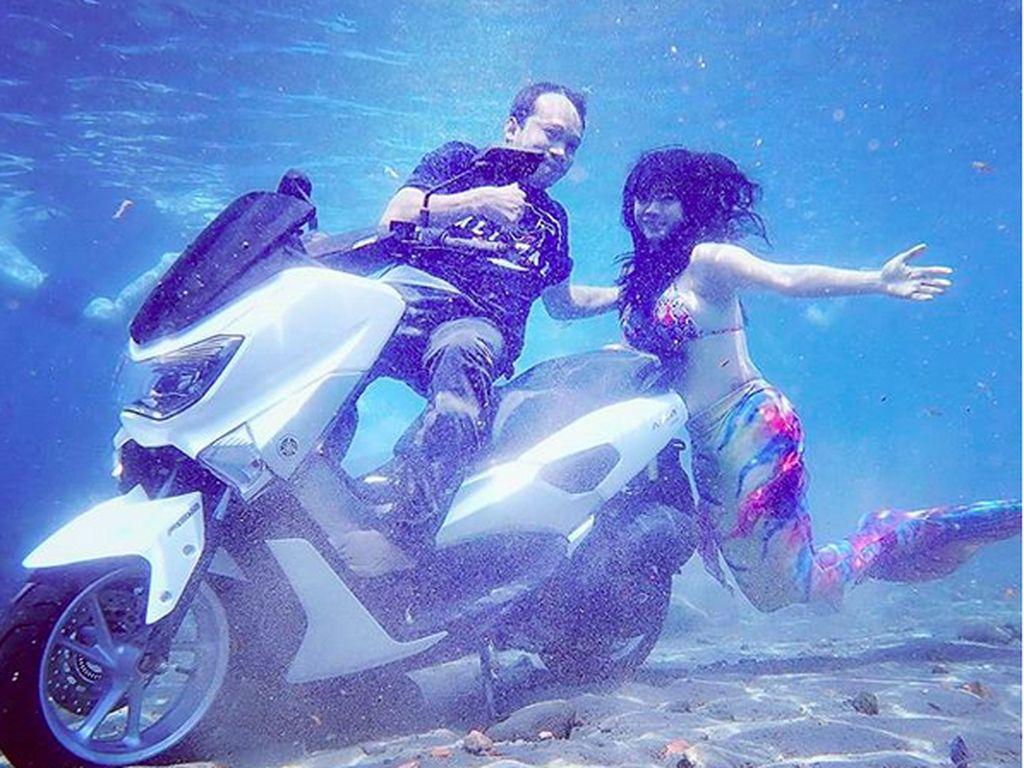 NMAX Dicemplungin ke Air Buat Foto Underwater Bareng Putri Duyung