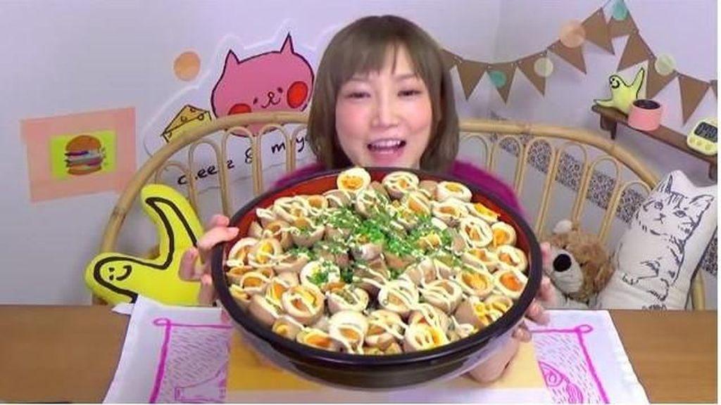 Bikin Lapar! 10 Aksi Yuka Kinoshita Makan Makanan Super Banyak