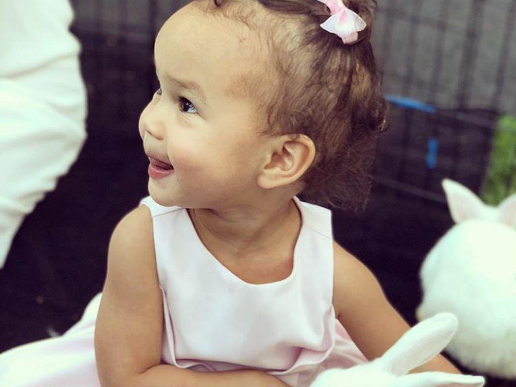 Foto-foto Menggemaskan Baby Luna, Putri John Legend