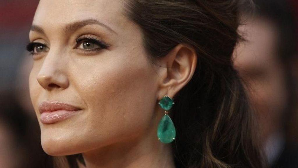 Gaya Mewah Luna Maya Hingga Angelina Jolie Pakai Perhiasan Seharga Rumah