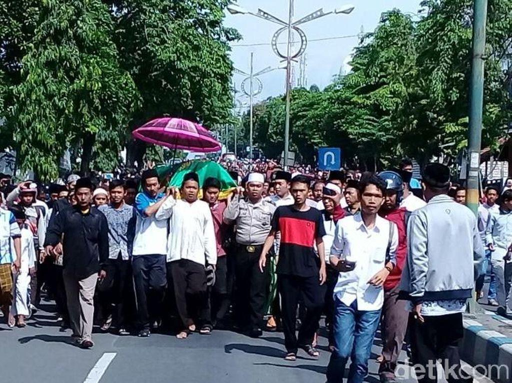 Guru Korban Penganiayaan Murid Diantar Ratusan Pelayat ke Pemakaman
