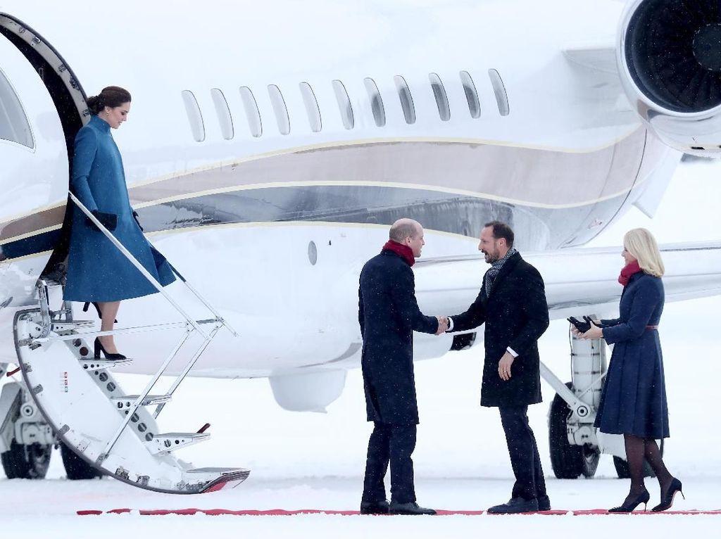 Foto: Cinderella Moment! Kate Middleton Memesona di Istana Raja Norwegia