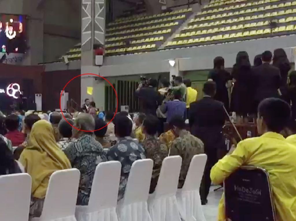 Momen Mahasiswa UI Beri Kartu Kuning ke Jokowi