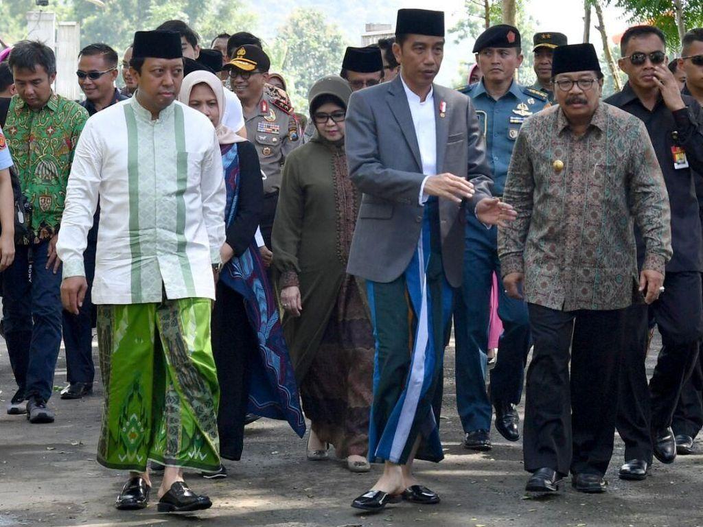 Bersarung, Jokowi Hadiri Haul Ponpes di Situbondo Bareng Romi