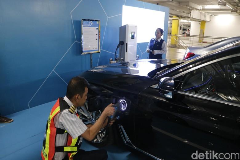 Merasakan Fasilitas Pengisian Baterai Mobil Listrik di Thailand  Bangkok - Thailand sudah mulai menerapkan era mobil ramah lingkungan. Saat ini di Negeri Gajah Putih sudah banyak beredar mobil ramah lingkungan, salah satunya mobil berteknologi plug-in hybrid.  Mobil plug-in hybrid sendiri berbeda dengan mobil hybrid konvensional. Mobil plug-in hybrid yang menggabungkan mesin bakar dan motor listrik bisa diisi ulang baterainya dengan mencolokkan listrik dari sumber listrik di tembok ke mobil.