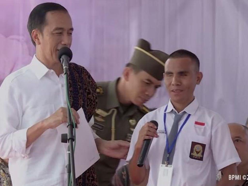 Senangnya Ade, Siswa Disabilitas yang Dihadiahi Laptop dari Jokowi