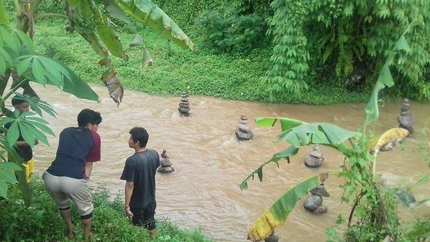 Batu tersusun rapi di Sungai Cidahu.