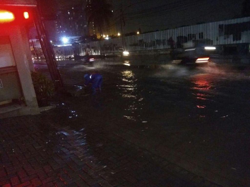 Hujan Deras Sejak Subuh, Sejumlah Jalan di Jaksel Tergenang