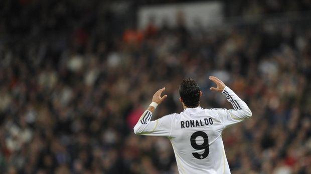 Cristiano Ronaldo mengenakan nomor punggung sembilan di musim perdananya bersama Real Madrid lantaran masih ada Raul Gonzales.