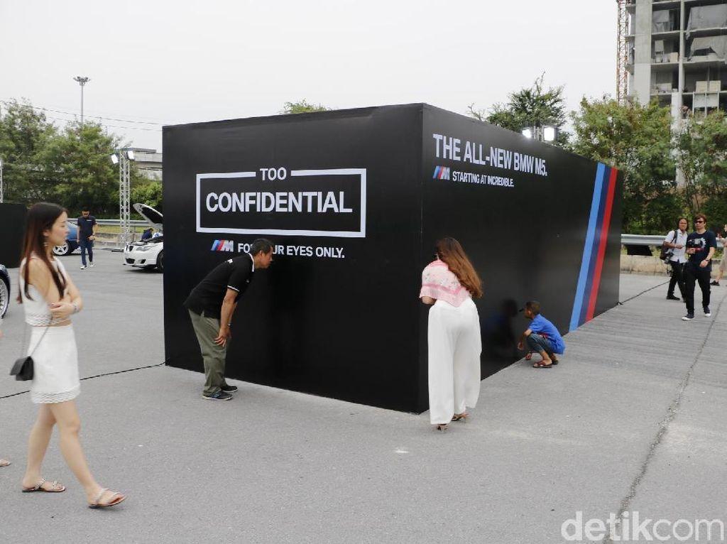 Mengintip BMW M5 Terbaru dalam Kontainer di Thailand