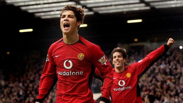 Manchester United's Christian Ronaldo (L) celebrates after scoring his team's third goal as teammate Ruud Van Nistelrooy (R) runs in 14 February 2004 in Manchester during their FA Cup fifth round match.   AFP PHOTO STEVE PARKIN / AFP PHOTO / STEVE PARKIN