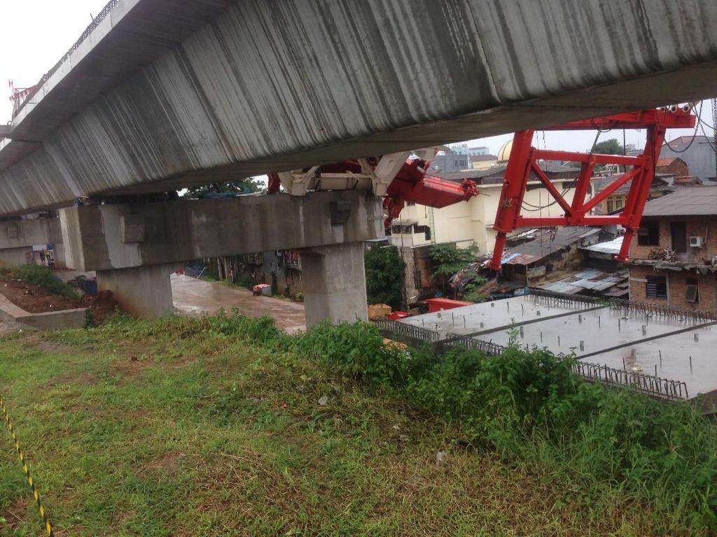 Polisi Periksa Sopir Crane Proyek DDT yang Ambruk di Jatinegara