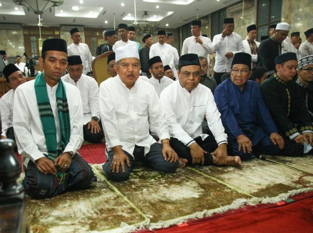 Wapres JK Salat Subuh Bareng Ustaz Somad di Masjid Sunda Kelapa