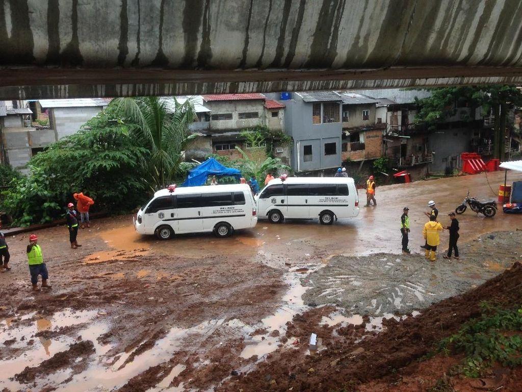 Polisi Olah TKP Crane Ambruk di Jatinegara