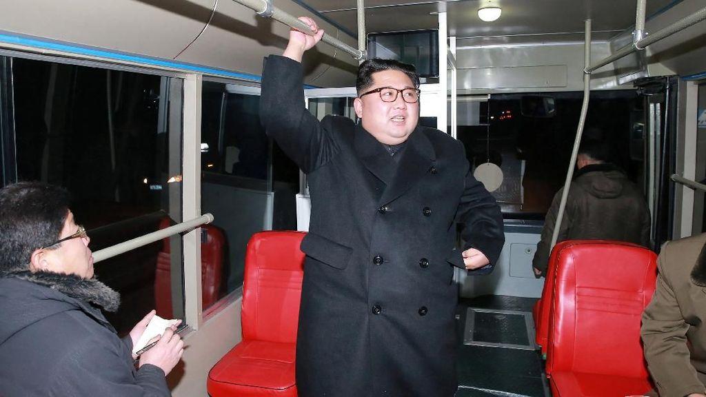 Foto: Gaya Kim Jong Un Saat Jajal Trem Tanpa Rel di Pyongyang