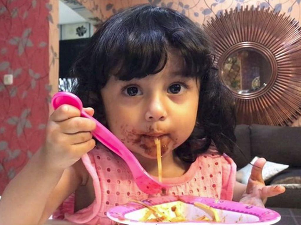 Gemas! Kalau Lihat Shakila, Anak Hengky Kurniawan dan Sonya Fatmala Lagi Makan