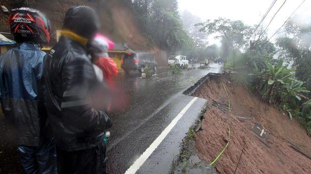Gundah Gulana Tim SAR Mencari Korban Hilang di Longsor Puncak