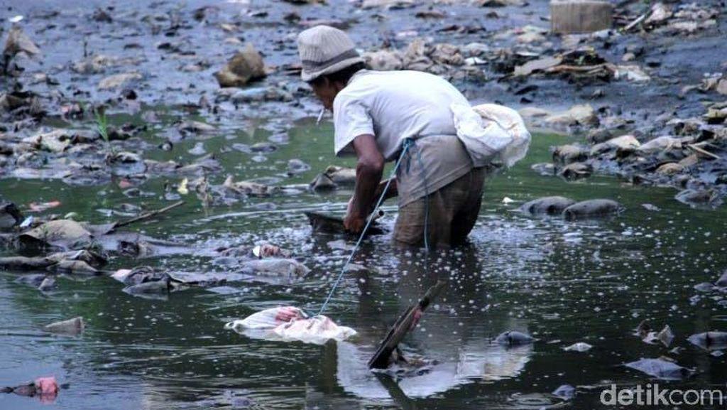 Jorok! Sampah Menumpuk di Sungai Citarum Lama