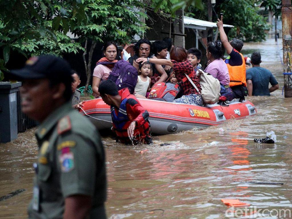 Begini Proses Evakuasi Korban Banjir di Gang Buntu Pasar Minggu