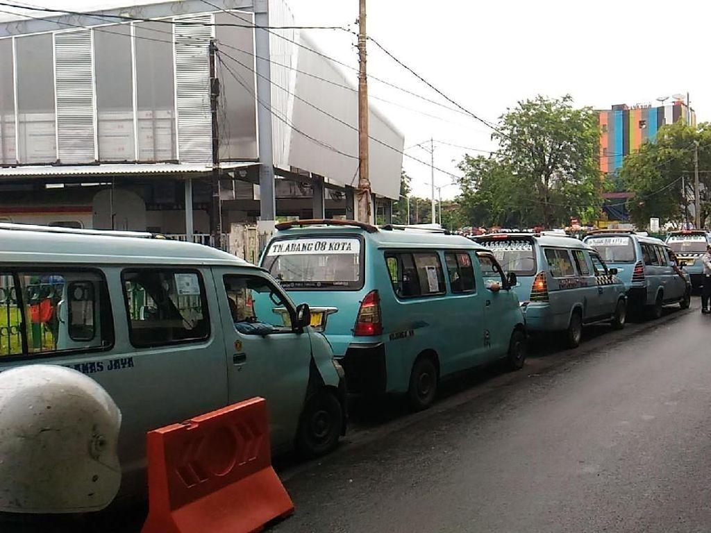 Foto: Angkot Tanah Abang Tertib Ngetem di Jalan Jatibaru