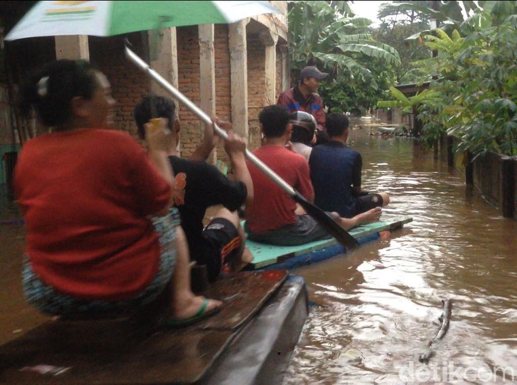 Banjir di Kampung Arus Cawang, Warga Dievakuasi Pakai Perahu Karet