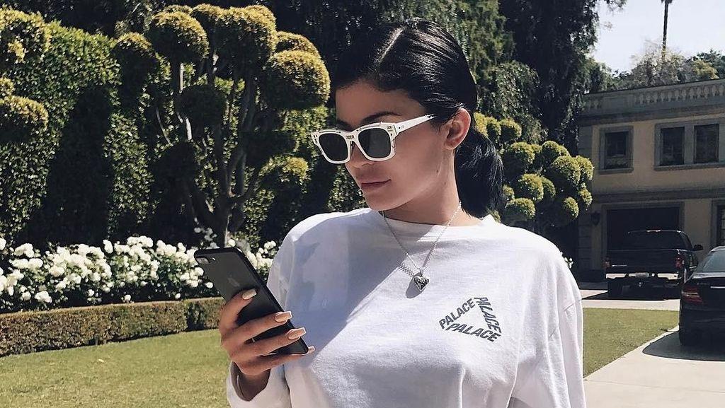 12 Gaya Si Ibu Baru Kylie Jenner Pakai Tas yang Harganya Ratusan Juta