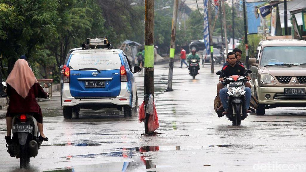 Hanya di Bekasi, Tiang Listrik Berdiri di Tengah Jalan