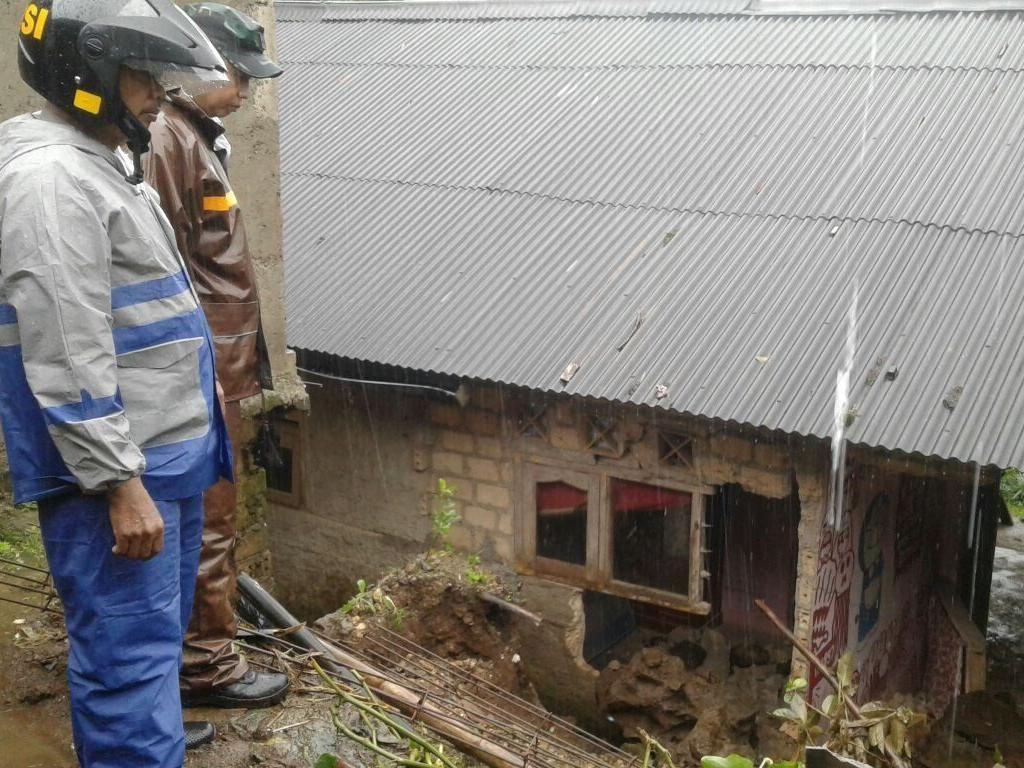 Foto: Longsor, 7 Rumah Warga dan 2 Akses Jalan di Megamendung Rusak