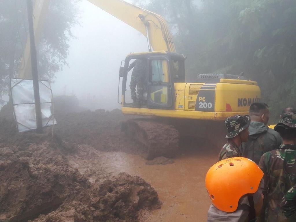 Foto: Kabut Tebal Selimuti Evakuasi Longsor di Puncak
