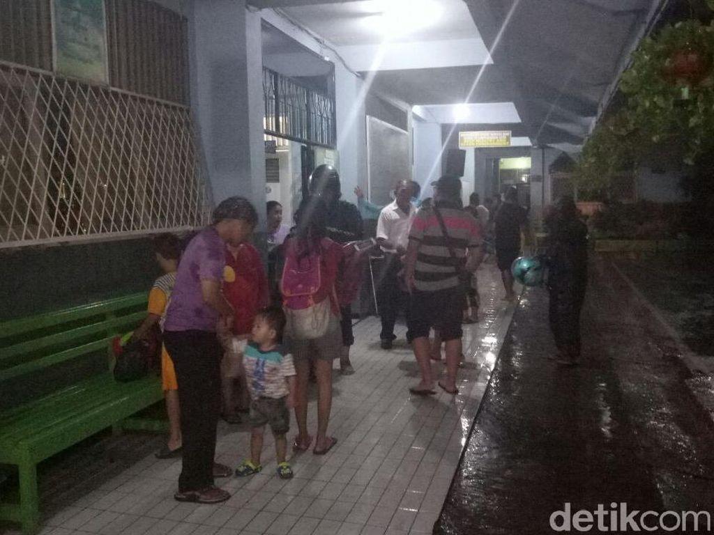 Banjir Belum Surut, Puluhan Warga Kampung Melayu Mengungsi