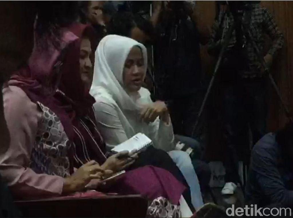 Saat Ny Deisti Ikut Corat-coret Buku Catatan di Sidang Novanto