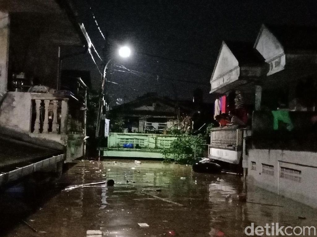 Petugas Kirim Makanan ke Korban Banjir Rawajati yang Tolak Mengungsi